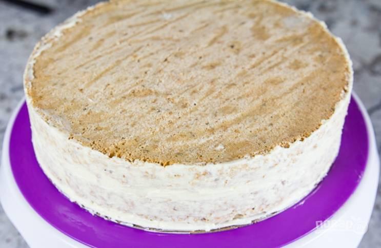 22.Выложите поверх крема второй корж и смажьте его стороны белым кремом.