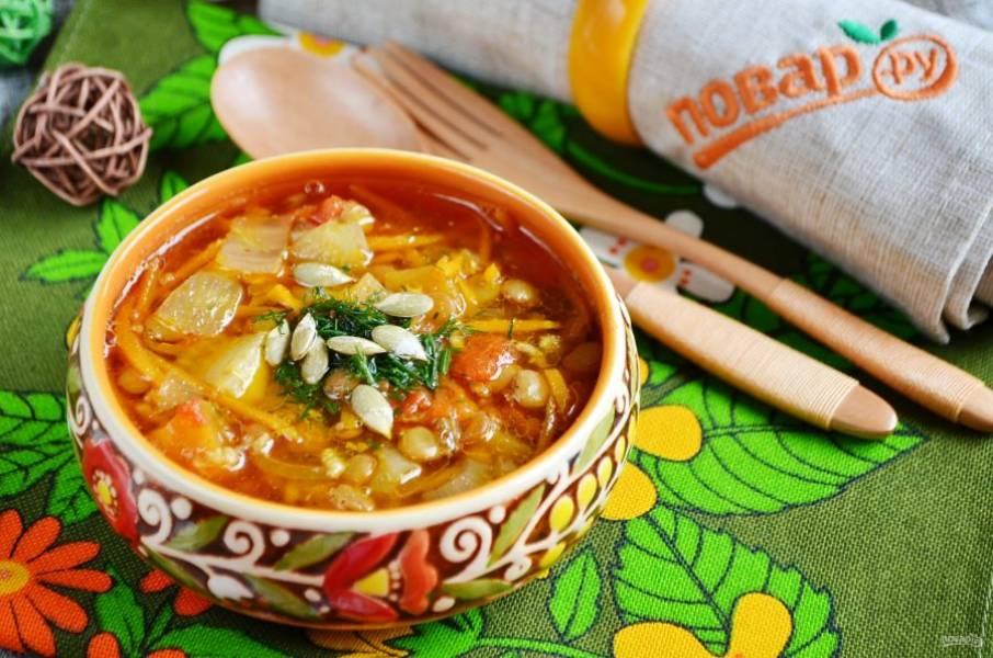 Готовый суп украсьте зеленью и семечками тыквы. Угощайтесь!