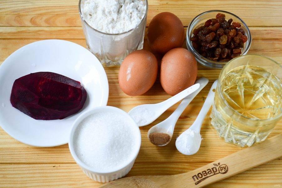 Подготовьте все необходимые ингредиенты. Свеклу в кожуре отварите до готовности, очистите  и натрите на мелкой терке.