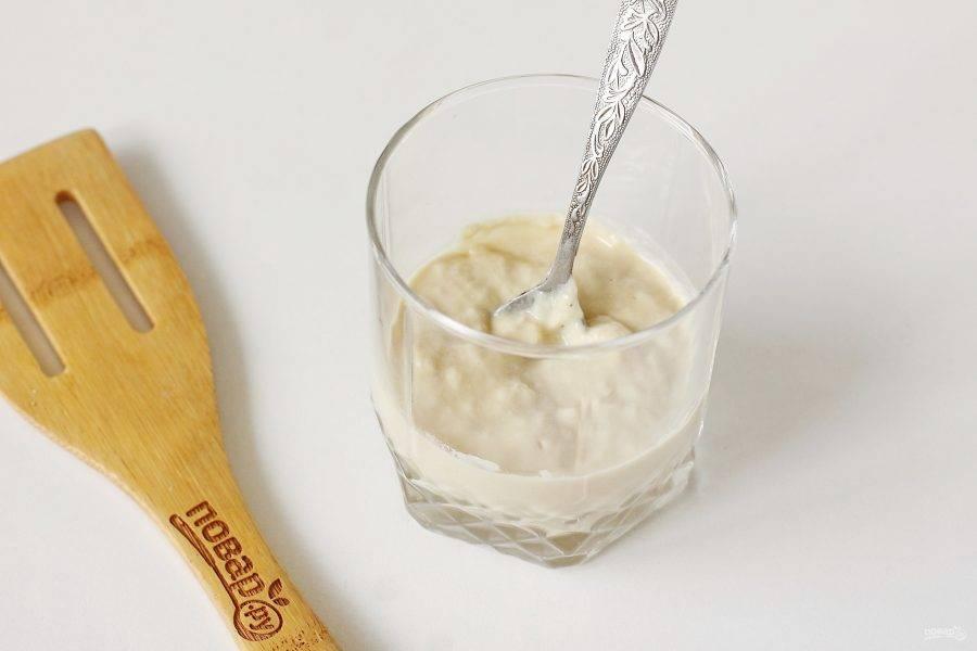 Налейте в глубокую посуду 4 ст.л. теплой воды, добавьте дрожжи, 1 ст.л. сахара и 4 ст.л. муки. Хорошо все перемешайте.