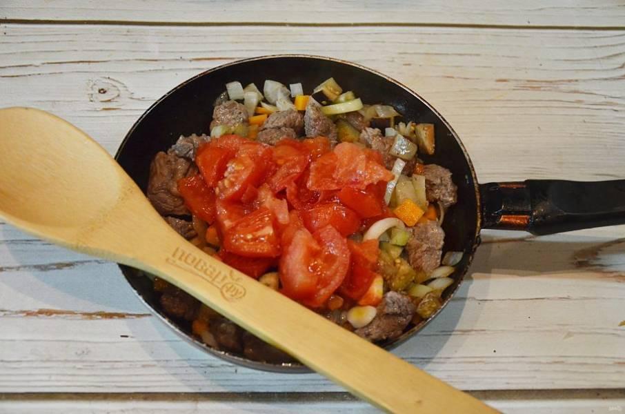 5. Добавьте помидоры, обжарьте вместе минут 5.