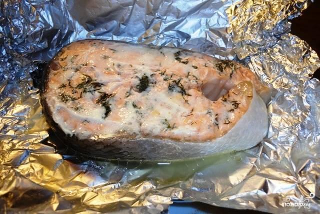 Помещаем рыбу в разогретую до 180 градусов духовку и запекаем в течение полу часа. Готовая семга отлично сочетается с любым гарниром. Приятного аппетита!