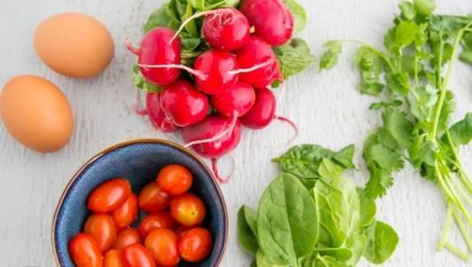 Помыть зелень и овощи.