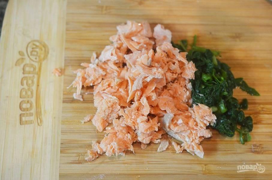 2. Рыбу разберите на кусочки, шпинат нарежьте.
