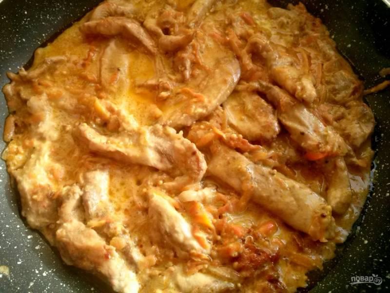 Затем добавьте 1 стакан кипятка, посолите и поперчите по вкусу, тушите 3 минуты. Добавьте всю горчицу, сметану,  перемешайте и тушите еще  3 минуты.