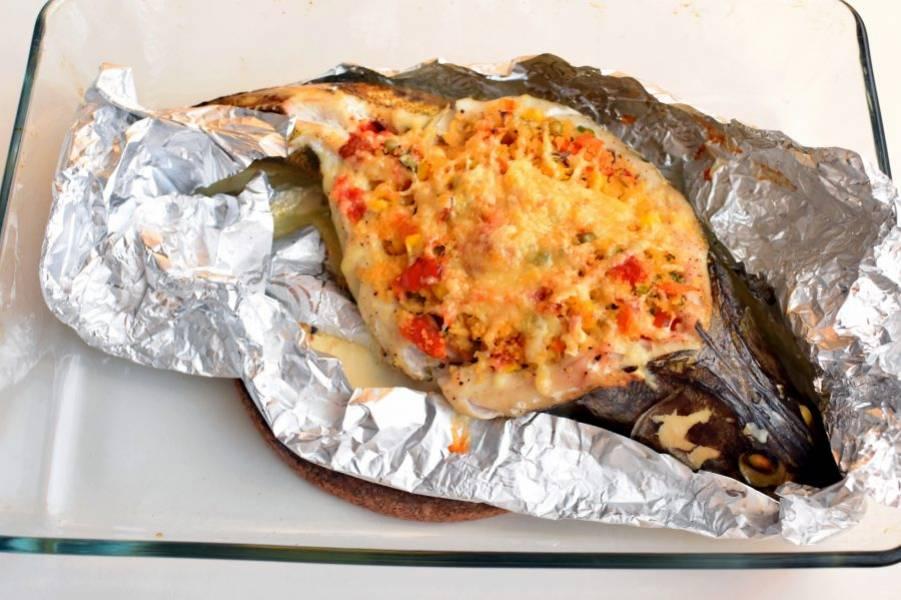 Запекайте судака полчаса в прогретой до 160 градусов духовке. Затем снимите фольгу, присыпьте рыбу тертым сыром и дайте ему расплавиться, а судаку подрумяниться.