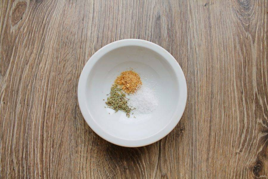 В миску выложите розмарин, соль и чеснок.