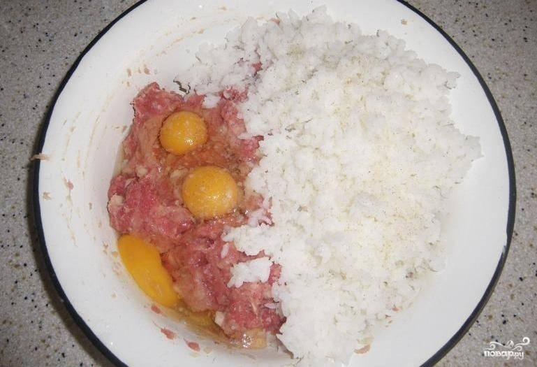 Прежде всего нам необходимо отварить рис до полуготовности в подсоленной воде. Когда рис немного остынет, соединяем его с фаршем, добавляем яйца и одну измельченную луковицу, солим и перчим. Тщательно перемешиваем все ингредиенты до образования однородной массы.