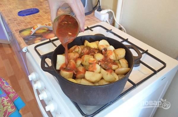 6. Подсолите немного по вкусу. Сверху выложите картофель, его тоже немного присолив. Томатную пасту разведите водой. Добавьте щепотку перца, соли и измельченную зелень. Вылейте соус в казан.