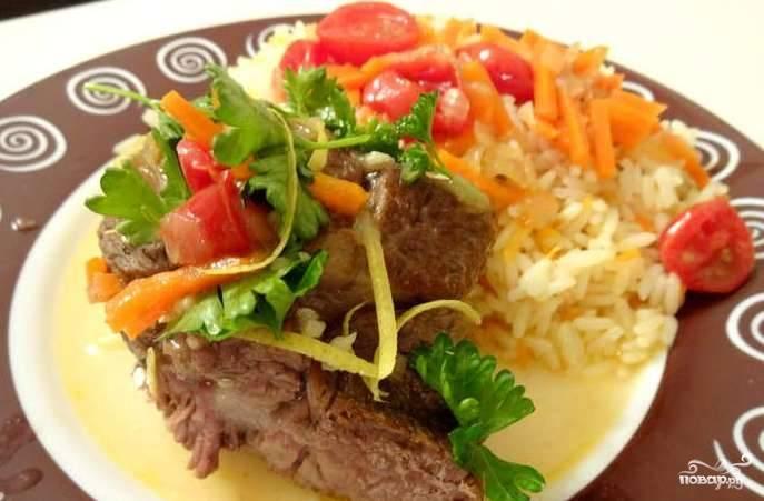 Готовое блюдо подавайте с соусом из сковороды и зеленью, которую мы сделали в предыдущем шаге.