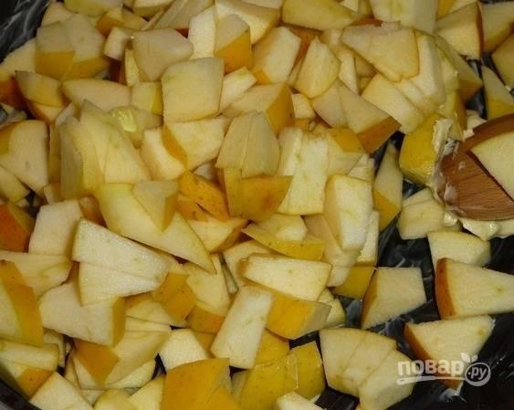 7.Оставшееся сливочное масло выкладываю на сковороду и разогреваю, всыпаю кусочки яблок и прогреваю.