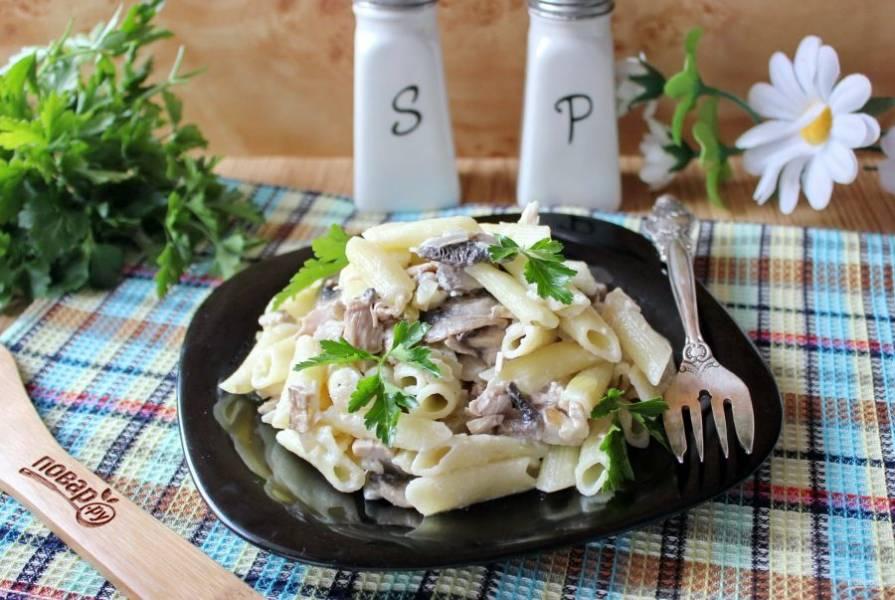 Макароны по-королевски готовы. Подавайте к столу с овощами и соленьями.