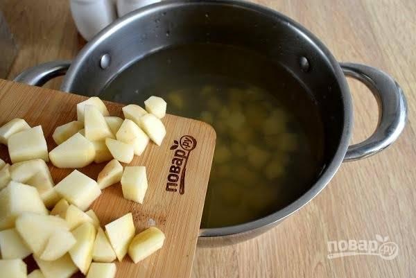 3.     Картофель нарежьте некрупными кубиками и добавьте в бульон, варите до готовности в течение 20-15 минут.