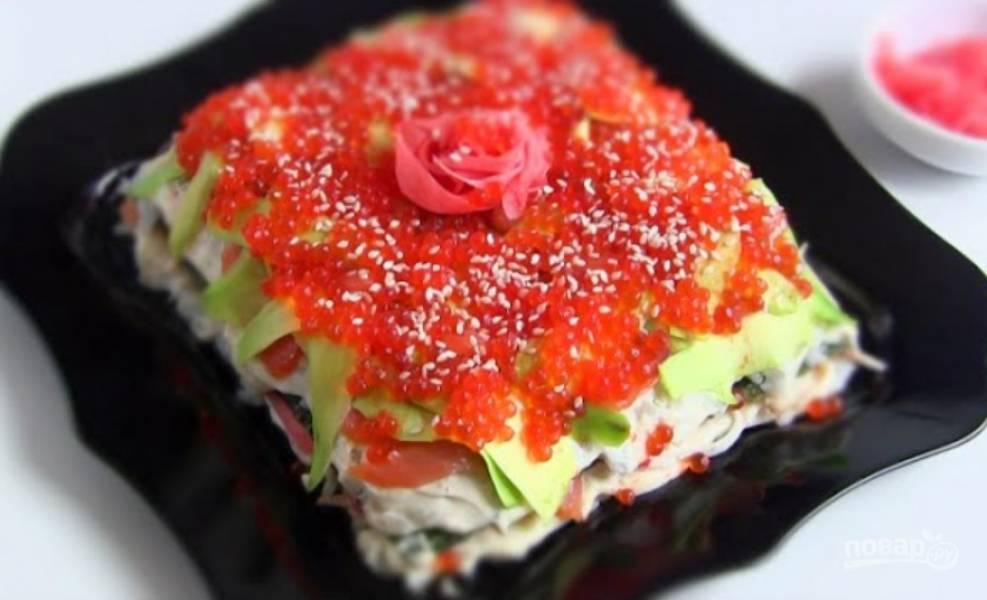 9. Украсьте торт красной искусственной икрой, присыпьте кунжутом и сделайте цветок из маринованного имбиря. Приятного аппетита!