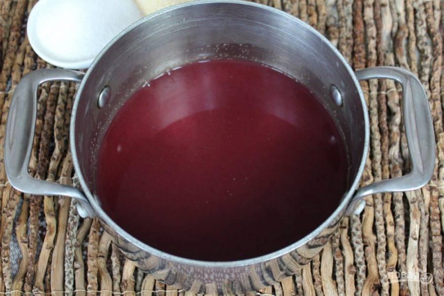 Перекладываем виноградную массу в сито и перетираем. Должен получиться виноградный сок с мякотью. Примерно, 350-400 мл.