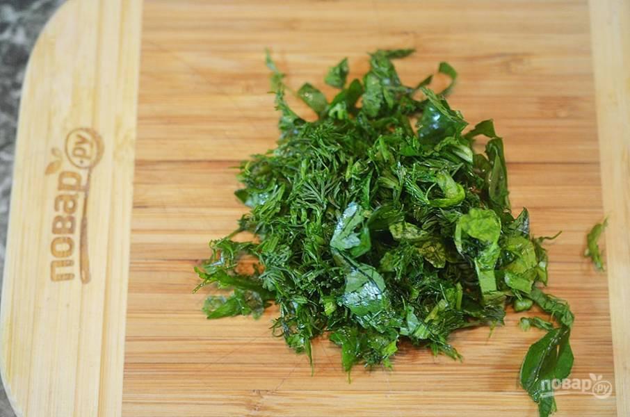 2. Зелень и шпинат нарежьте.