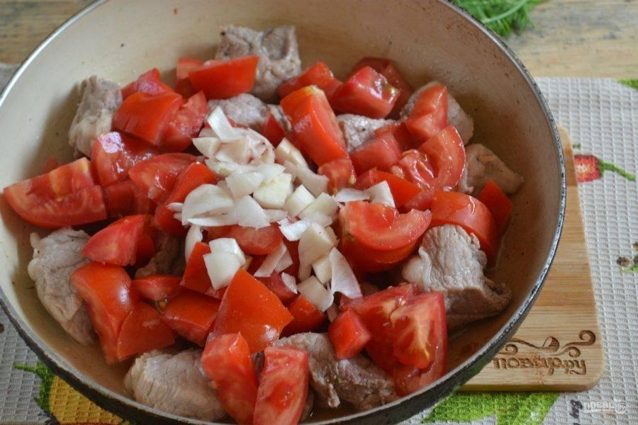 4.Выложите мясо в разогретую сковороду, жарьте на небольшом огне, пока оно не пустит сок. Затем накройте крышкой и потушите 10-15 минут. Добавьте в сковородку помидоры с чесноком, тушите уже без крышки еще 5-7 минут. Добавьте томатный сок или кетчуп. Я люблю, чтобы подливка была кисловатой, а в молодых помидорах кислоты еще немного, в таком случае прекрасно выручает именно томатный сок.