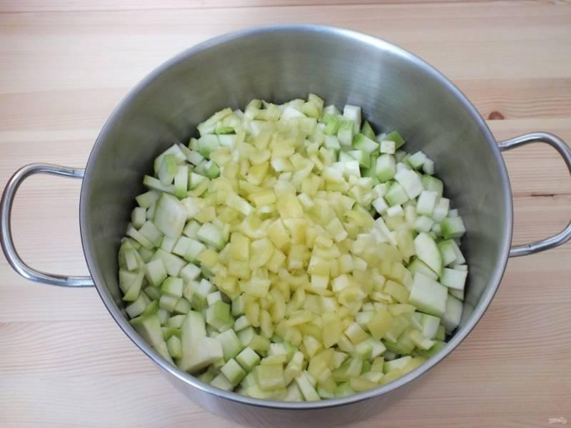 Добавьте нарезанный кубиком болгарский перец.