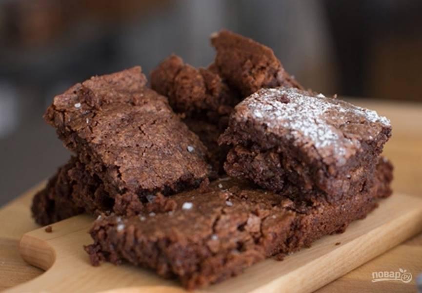 4.После запекания достаньте пирог из духового шкафа и оставьте на 5 минут, после удалите из формы и оставьте до полного остывания. Нарежьте остывшую выпечку кусочками и подавайте.