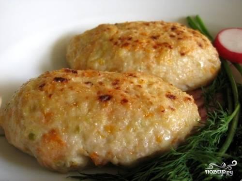 5. Готовые котлетки можно подавать горячими с любимым гарниром или свежими овощами. Впрочем, они остаются сочными и вкусными даже когда остынут.