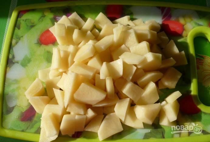Потом картофель очищаем и нарезаем кубиками.
