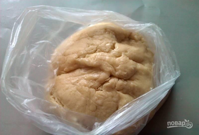 Замесите тесто. Переложите его в целлофановый пакетик или пищевую плёнку. Уберите тесто в холодильник на 20 минут.