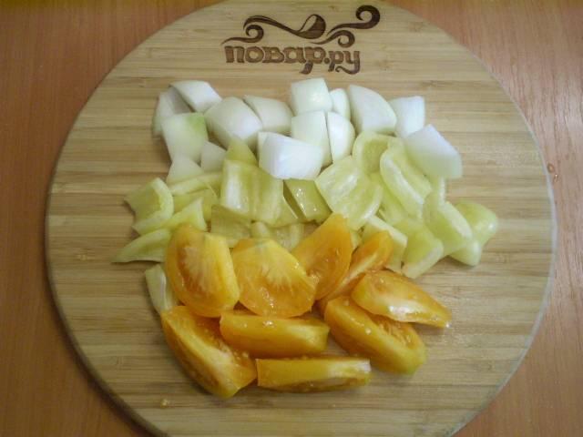 Все овощи крупно нарезаем (помидор можно колечками или дольками).