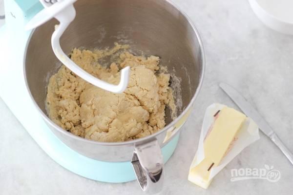 2. В жидкую смесь введите муку и соль. Замесите тесто.