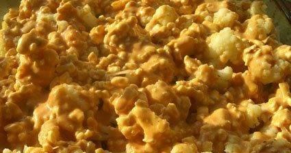 4. В отдельной посуде взбиваем яйца, майонез, кетчуп, тертый сыр, соль и перец по вкусу. Заливаем в форму.