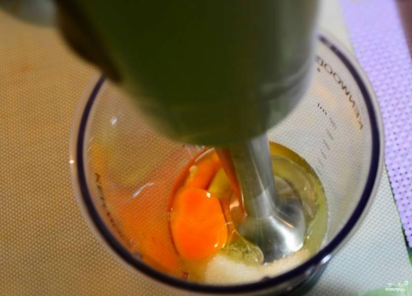 2. Взбиваем яйца с сахаром до состояния однородной массы и густой пены. Постепенно вводим мягкое сливочное масло и добавляем разрыхлитель.