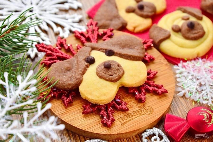 Выпекайте печенье-мордашки в разогретой до 200 °С духовке в течение 15 минут. Остудите полностью. Приятного аппетита! Счастливого Нового года!
