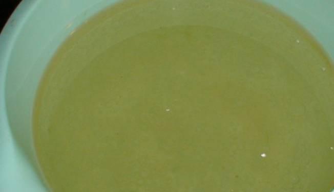 В теплую кипяченую воду добавьте уксус, масло, соль и сахар. Перемешайте.