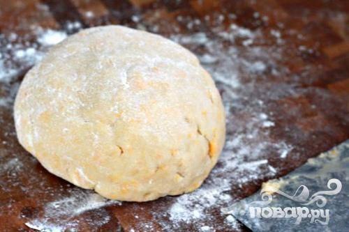 2. Выложить тесто на рабочей поверхности. Сформировать тесто в диск. Завернуть в полиэтиленовую пленку. Поставить тесто в холодильник на 30 минут. Если у вас нет кухонного комбайна, вы можете так же приготовить тесто вручную.