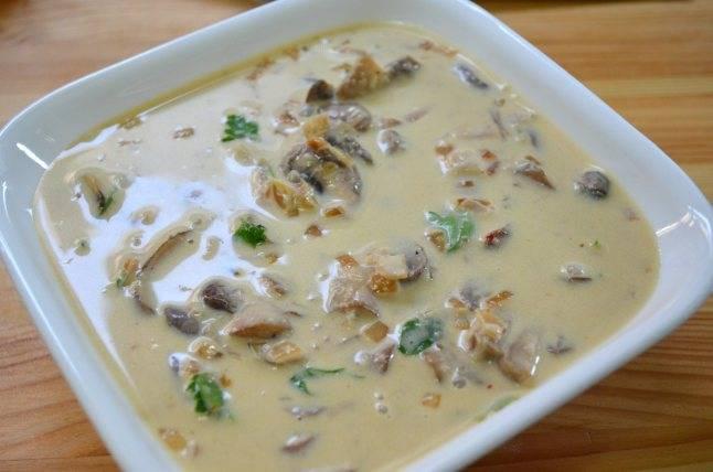 1. Лук почистите и нарежьте мелким кубиком. В сковороде растопите масло, добавьте растительное и обжарьте лук до прозрачности. Добавьте коньяк, погодите минутку, затем влейте вино и кипятите на медленном огне около 15 минут. Параллельно в другой сковороде жарьте грибы под приоткрытой крышкой, пусть из них выйдет вся жидкость. Как только жидкость из грибов испарится, добавьте шампиньоны в соус, перемешайте, а затем влейте сливки (или сметану). Посолите, поперчите, добавьте измельченную петрушку. Соус готов!