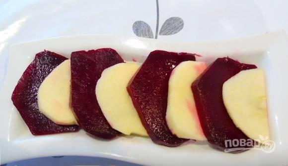 На плоское блюдо для подачи поочерёдно выложите кусочки яблока и свеклы.