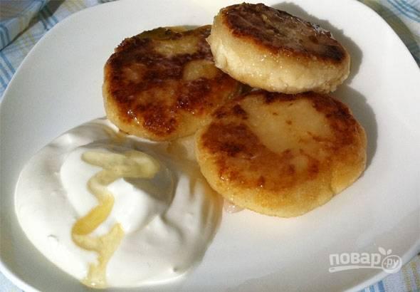 6. Перекладываю сырники аккуратно на тарелку, поливаю немного медом и подаю со сметаной.