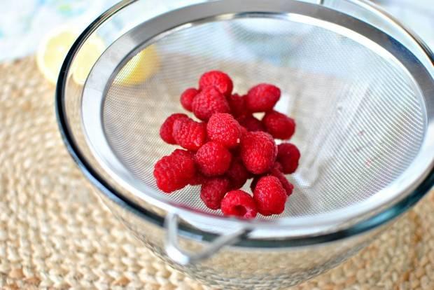 1. Малину промойте, очистите от веточек и плодоножек, просушите. Затем выложите малину в сито.