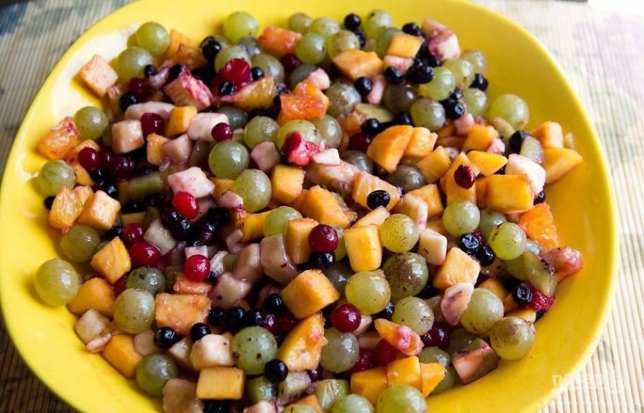Выложите фрукты в удобную широкую миску и перемешайте.
