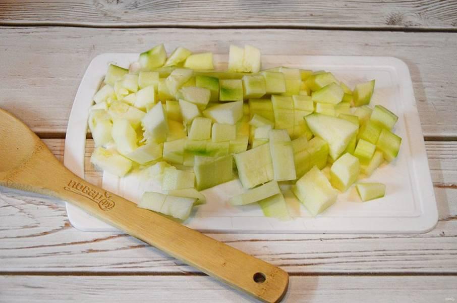 1. Кабачки почистите и нарежьте средним кубиком.