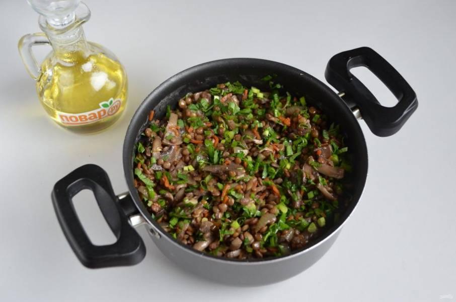 7. Положите жареные овощи и грибы в чечевицу, добавьте зелень (у меня петрушка и зеленый лук). Перемешайте.
