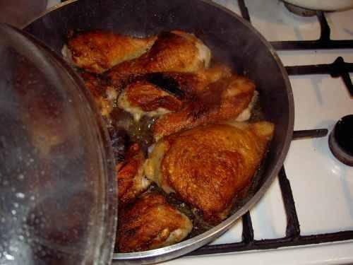 К этому времени курица уже должна быть готова. Блюдо можно подавать к столу.