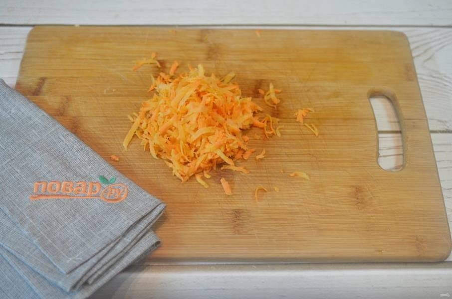 3. Морковь почистите, натрите на терке.