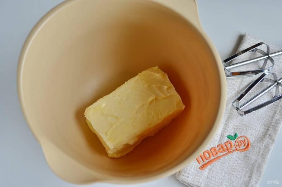 Сливочное масло для крема должно быть комнатной температуры. Переложите его в посудину с высокими бортами и миксером взбейте массу до воздушного и легкого крема.