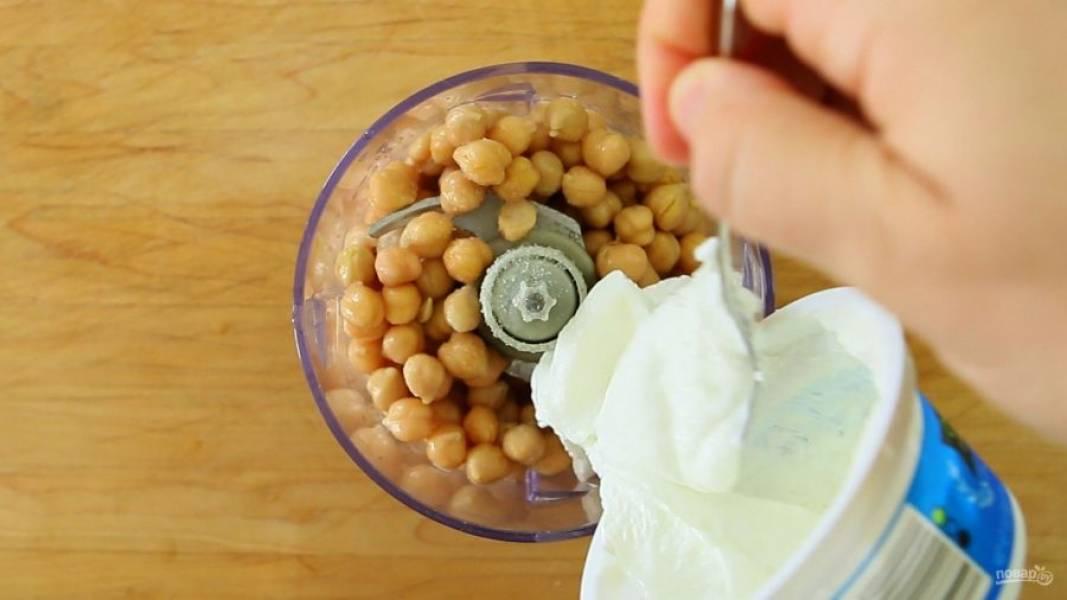 Добавьте к нему йогурт, соль, сок лимона, воду и очищенный чеснок.