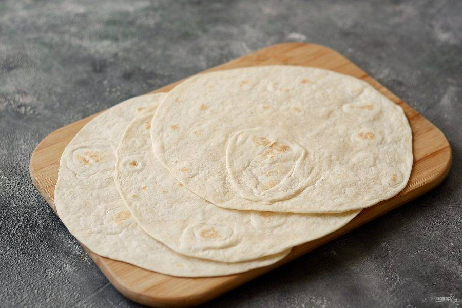 Разогрейте лепешки в микроволновке или духовке пару минут до мягкости.