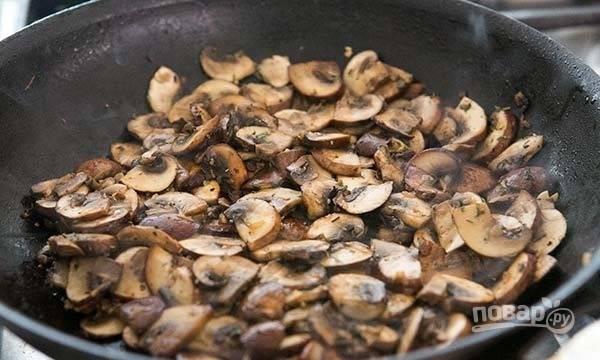 7.Обжаривайте грибы до готовности. Посолите, добавьте травы, влейте 1-2 столовых ложек теплой воды и соскребите все со дна и боков.
