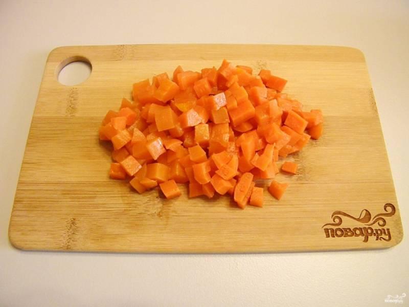 Очистите от кожуры морковь. Порежьте и её кубиками.