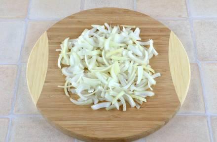 Лук нарезаем полукольцами. Затем лук и капусту выкладываем на сковородку, смазанную маслом для жарки. Обжариваем 20 минут. За 5 минут до готовности солим и перчим по вкусу.