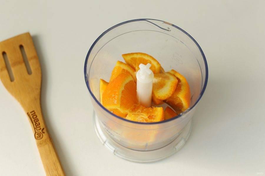 Апельсин обдайте кипятком, и нарежьте на части, удалив косточки.