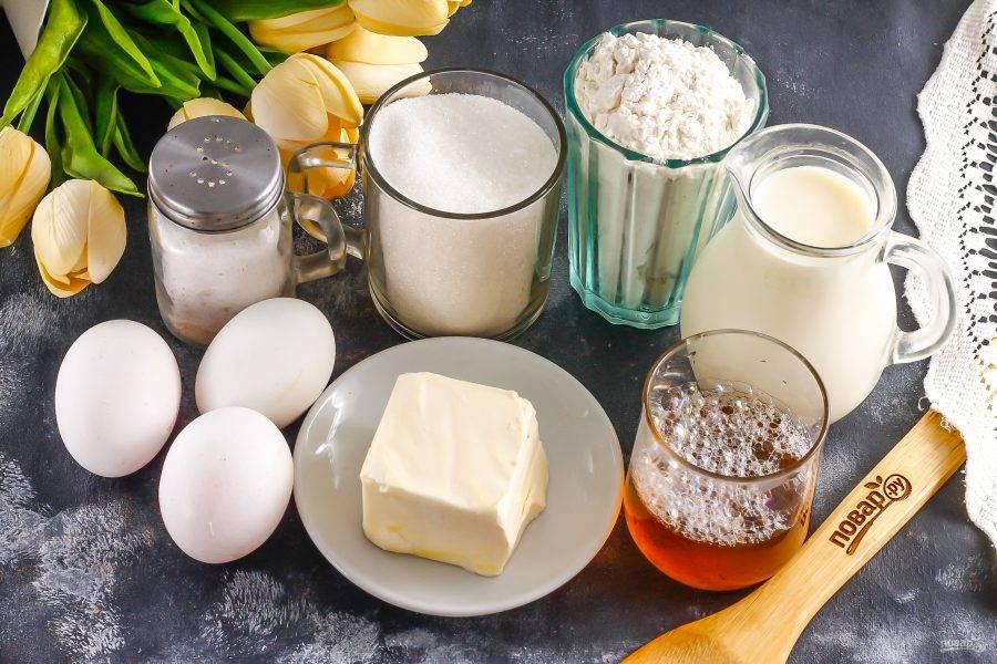 Подготовьте указанные ингредиенты. Масло подморозьте для лучшего натирания на терке. Вместо сливочного масла можно использовать качественный маргарин.